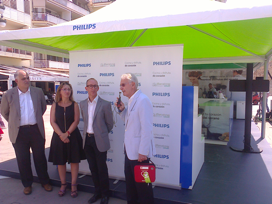 El representante de Barcelona Salud, Pere Medina, entrega un desfibrilador portátil al alcalde de Sitges, Miquel Forns